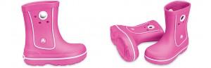 Modelo de botas para niña en rosa con agujeros para ayudar a calzarlas