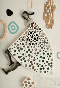 Ilustración de Isidro Ferrer: una mujer hecha con piezas troqueladas, papel, madera...