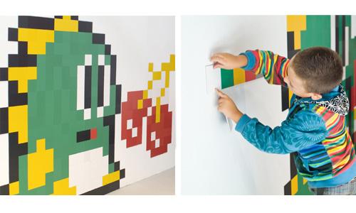 Niños jugando con el recubrimiento removible de colores