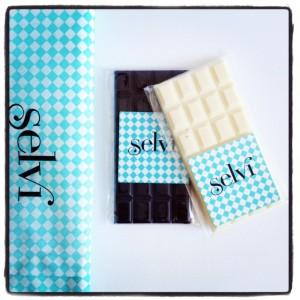Tabletas pequeñas de chocolate negro y chocolate blanco