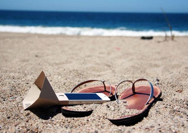 Amplificador de sonido colocado sobre un iPhone en la playa