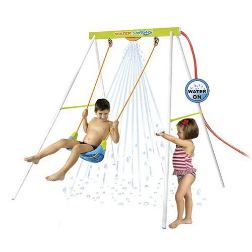Niños jugando en el columpio Water Swing de Feber