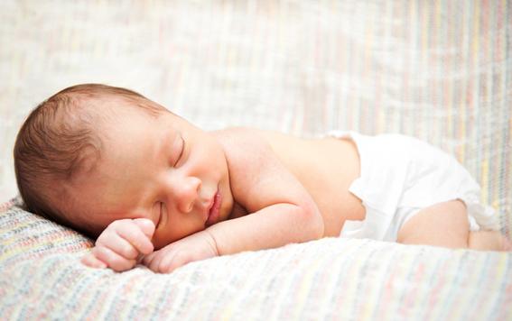bebé recién nacido en pañales