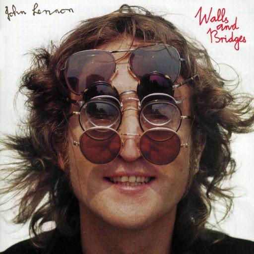Lennon con muchas gafas redondas en la portada de un disco