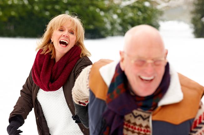 pareja de mayores riéndose