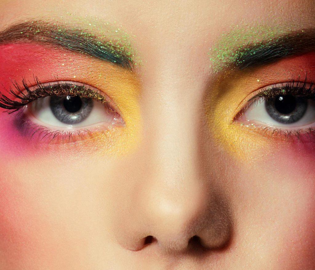 chica con maquillaje de ojos fantasía