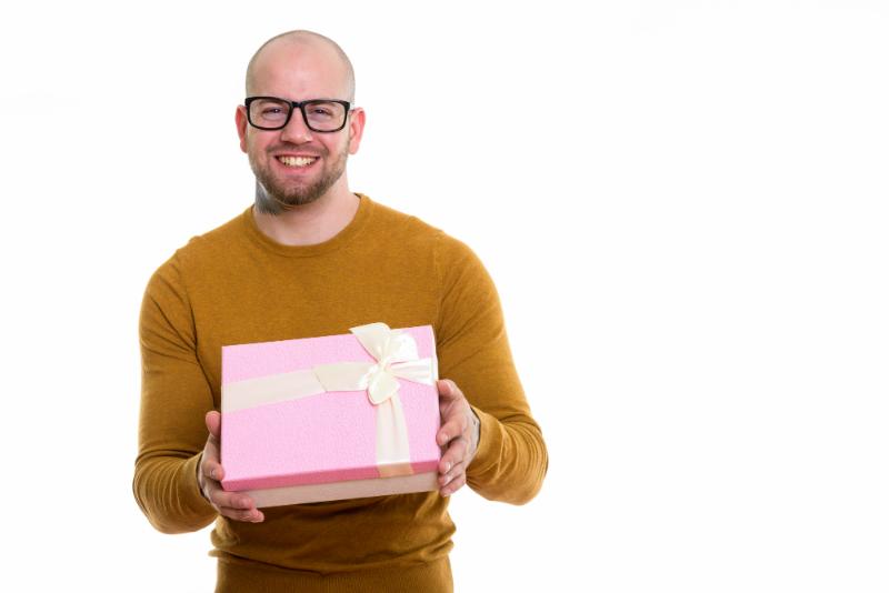 calvo con regalo de trasplante capilar