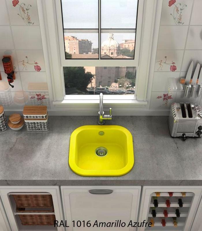 fregaderos sintéticos amarillos en cocina moderna